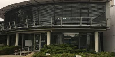 Modernes Bürogebäude aus Glas und Stahl an neuen Eigentümer übergeben
